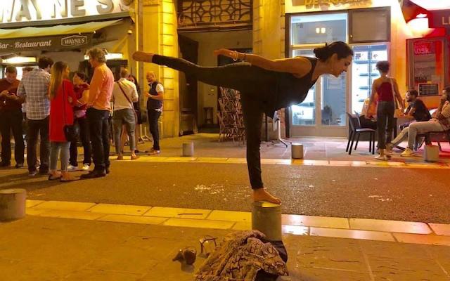 Doktor Indu Subramanian radi zrakoplovnu jogu na ulici