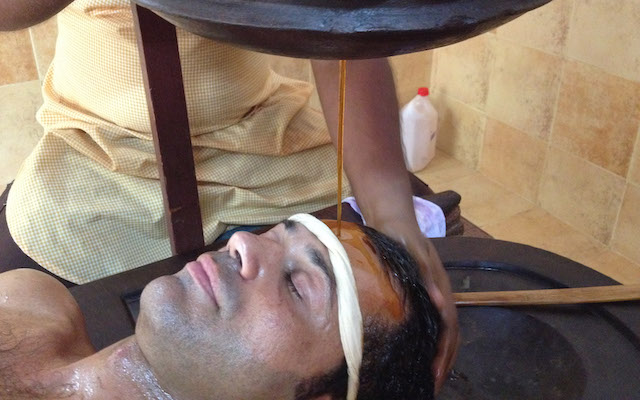 Massimiliano Iachini prolazi Shirodharu, ayurvedsku tehniku iscjeljivanja, u Kerali u Indiji.